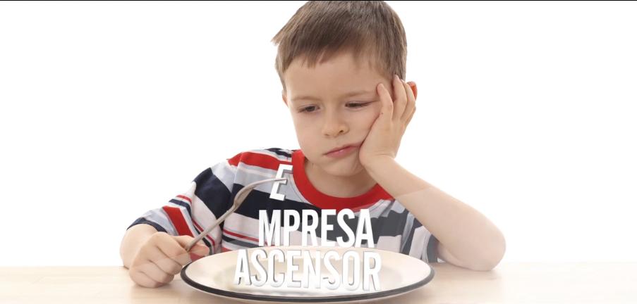 niño con plato